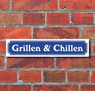 """Schild im Straßenschild-Design """"Grillen & Chillen"""" - 3 mm Alu-Verbund - 52 x 11 cm"""