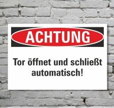 Schild Achtung Tor öffnet und schließt...